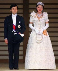 雅子皇后が、天皇陛下とご結婚された時も、ローブデコルデを着ておられました。